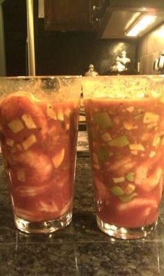 cocktail de camarão mexicano de verão servido em um copo grande