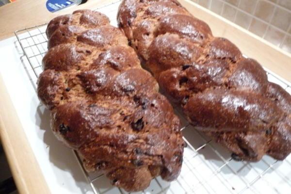 pão de passa de cardamomo doce finlandês (pulla)