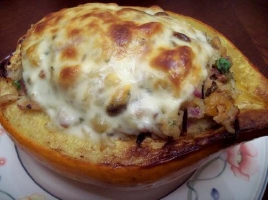 arroz selvagem, cerejas, damascos e polpa de bolota recheada de queijo
