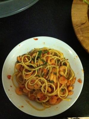 espaguete com camarão e foguete