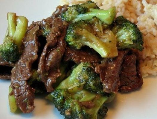 carne de frigideira e brócolis