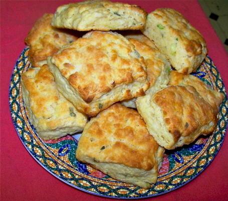 Biscoitos de farinha de milho e molho de salsicha