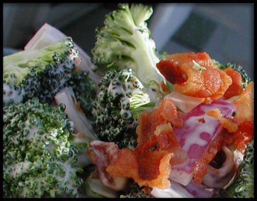 salada de cebola vermelha de bacon de brócolis