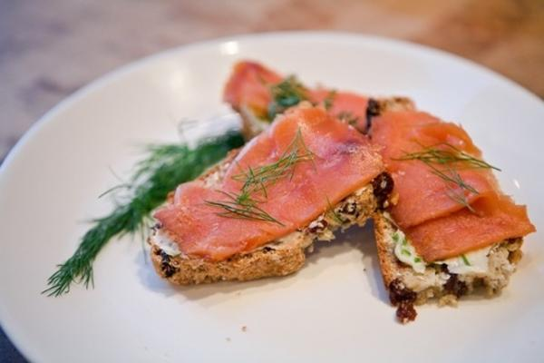 salmão defumado em crostini de pão de soda irlandês