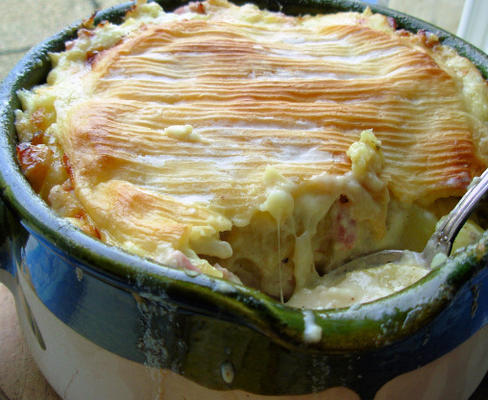 tartiflette - queijo derretido alpino, bacon e batata gratinada