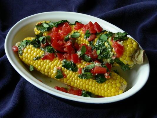 espigas de milho grelhadas com propagação de tomate e ervas