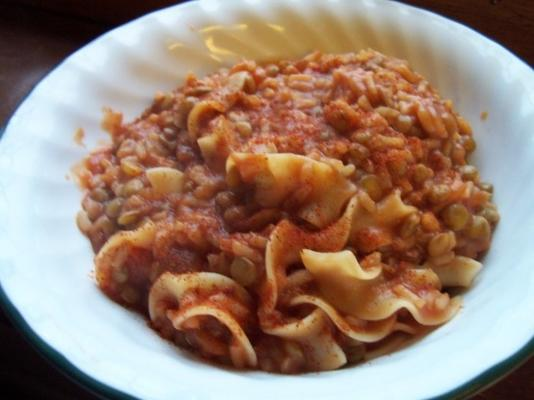 koshari - lentilhas e arroz com molho de tomate