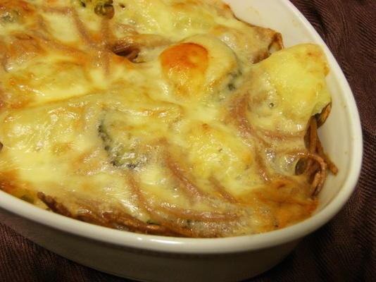 caçarola de espaguete, brócolis e queijo