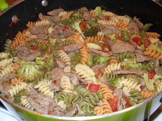 macarrão com carne, brócolis e tomate