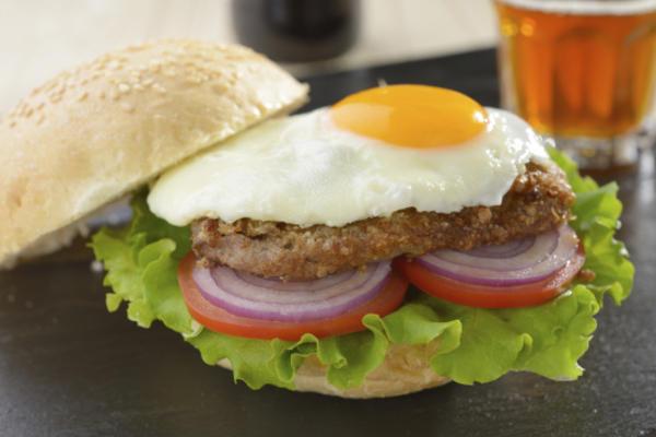 hambúrguer de peru com o lado ensolarado