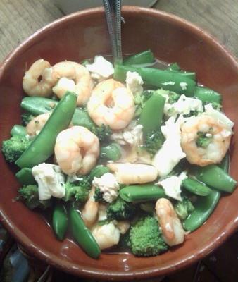 caldo simples de camarão, ervilha e brócolis