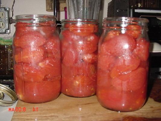 tomates inteiros enlatados com manjericão e alho