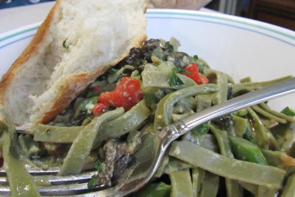 espargos e verduras da primavera carbonara