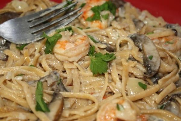 molho de camarão e creme de cogumelos com linguine