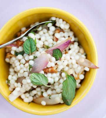 salada de cuscuz de pérola com hortelã e nozes