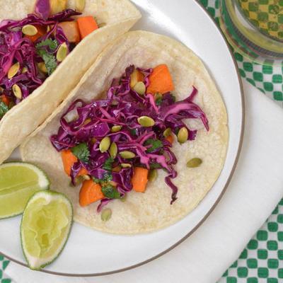 tacos com legumes assados de inverno e salada de couve roxa