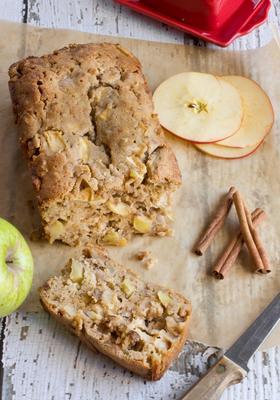 pão de maçã com manteiga marrom