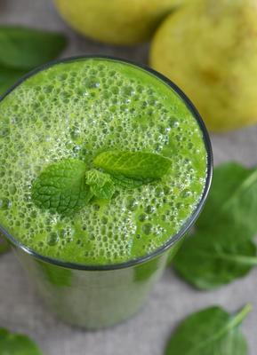 smoothie verde com espinafre, pêra e gengibre