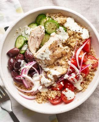 tigelas de grãos de frango grego