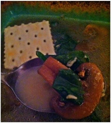 Espinafre de baixa caloria e sopa de casamento de cogumelos