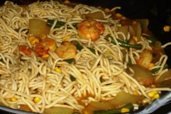 Macarrão de frango curry verde frite